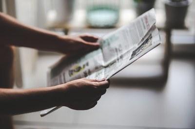 Zeitungsleser_c_kaboompics_pixabay